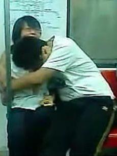 实拍北京地铁内90后中学生激情拥吻