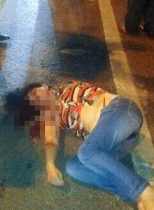 女子过马路被撞_女子低头玩手机过马路被撞飞空中旋转360°